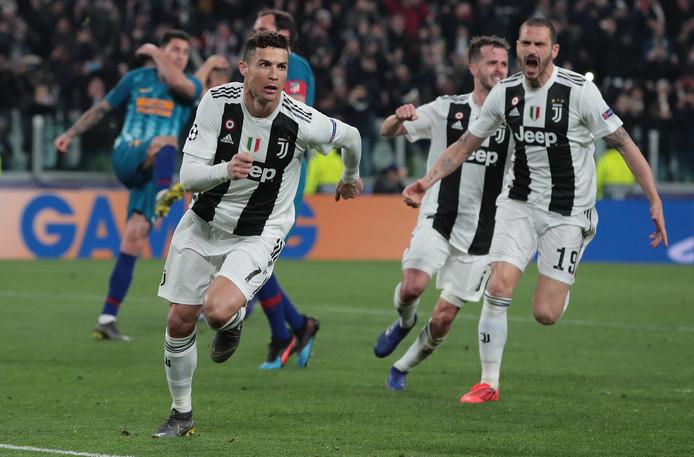 Cristiano Ronaldo viert zijn derde goal.