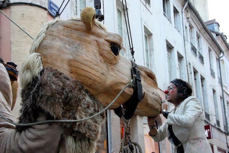 De houten reuzenkameel Chamoh.