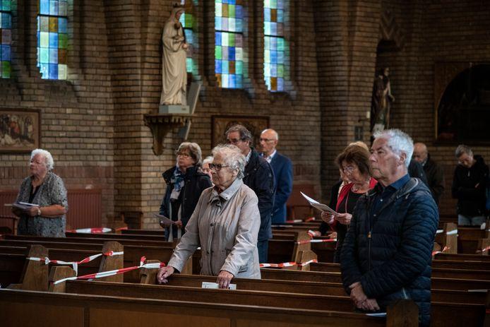 Parochianen in de Leuthse kerk met rechts Jan van Eck en op de achtergrond het beeld van patroonheilige Remigius.