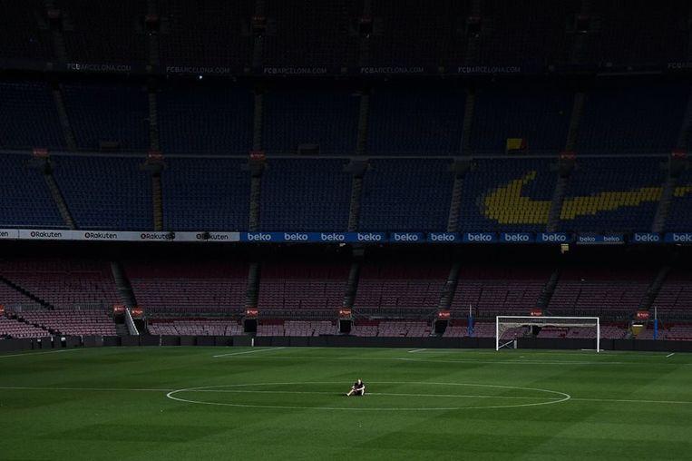 Iniesta na de wedstrijd in een leeg Camp Nou. Iconisch.