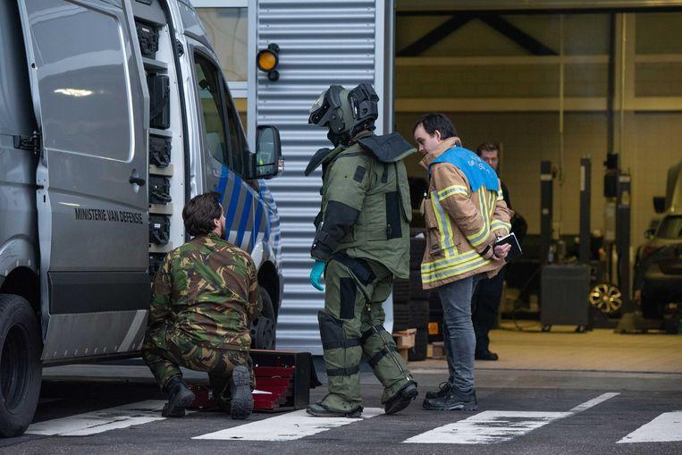 Medewerkers van de Explosieven Opruimingsdienst Defensie (EOD) doen onderzoek bij het Rotterdamse autobedrijf Van Mossel, waar donderdag een bombrief werd bezorgd. Beeld null