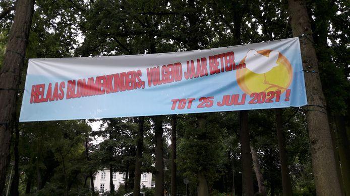 Een meterslange banier van Blommenkinders wappert bij de ingang van het Vrouwenhofpark. Het festival slaat samen met Mooi Was Die Tijd een jaartje over, maar de programma's blijven zo goed als hetzelfde