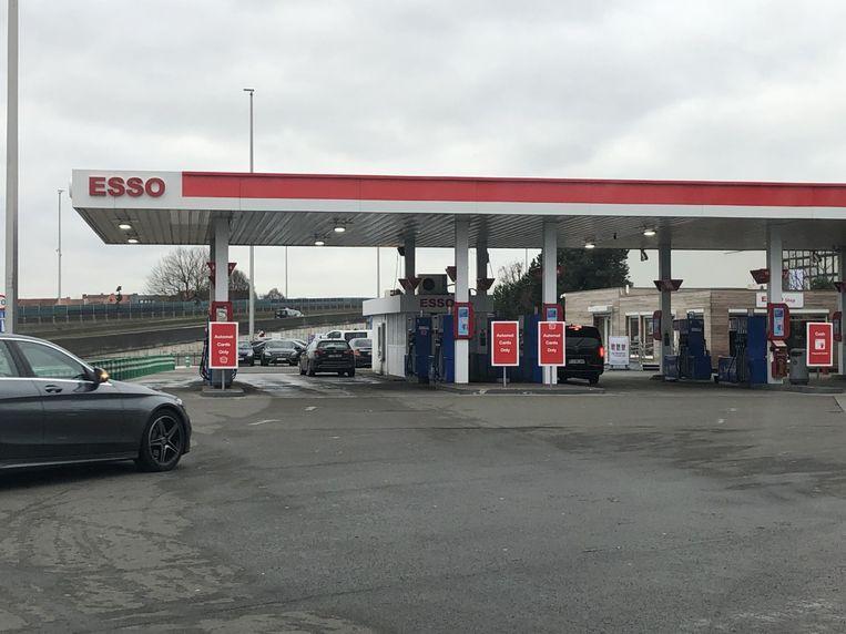 Aan het Esso-tankstation aan de uitrit van de luchthaven woedt al een tijdje een kleine taxioorlog.