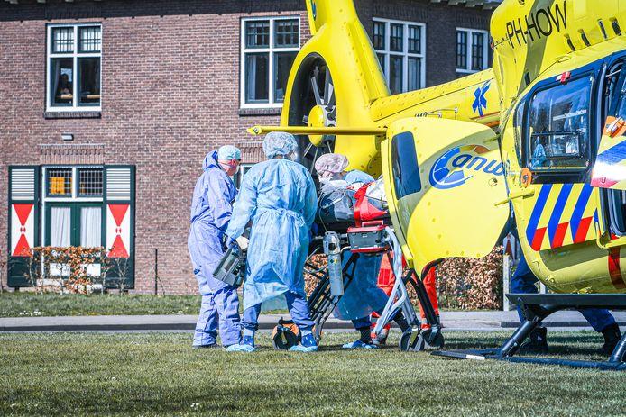 De traumahelikopter die Intensive Care-patiënten met het coronavirus van ziekenhuizen in het Zuiden naar het Noorden brengt is zojuist geland in Heerenveen.  De helikopter heeft bij het VieCurie ziekenhuis in Venlo een patiënt opgehaald. Het Tjongerschans ziekenhuis in Heerenveen vangt de patiënt op op haar IC.  Ziekenhuizen in Limburg en Brabant liggen vol en zitten aan hun maximale capaciteit. Een extra traumahelikopter is daarom dagelijks vluchten aan het uitvoeren tussen ziekenhuizen in het Zuiden en Noorden. Eerder ontvingen het UMCG en Gelre ziekenhuis in Apeldoorn al IC patiënten.