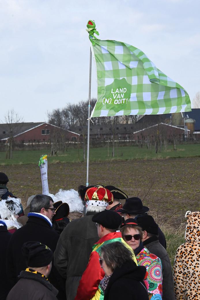 Bij de Metworstrennen lopen genoeg carnavaleske figuren rond. De vlag geeft weinig hoop op een Gemeente Land van Cuijk.