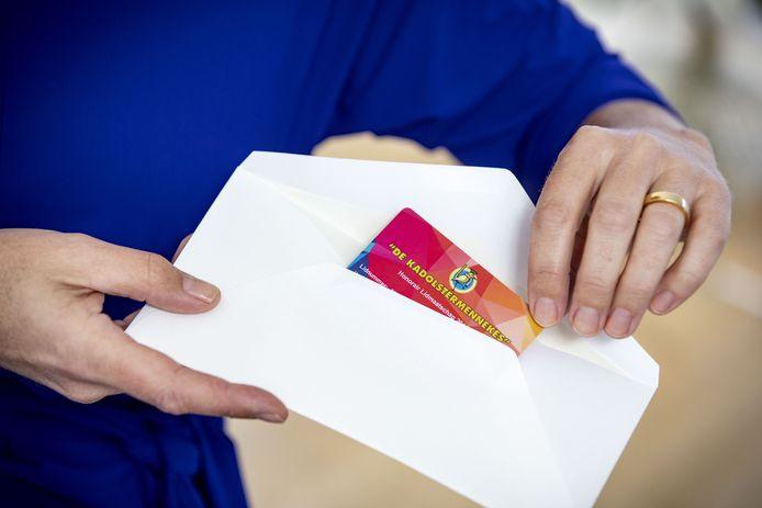 Evelien Morriën schuift haar ledenpas symbolisch in een envelop. Ze heeft haar lidmaatschap opgezegd en wil pas weer lid worden als De Kadolstermennekes de deur voor vrouwen opent.