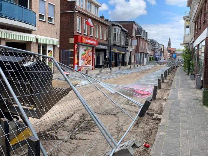 De hekken in de Molenstraat in Zundert werden dit weekend omgeduwd. Wethouder Twan Zopfi plaatste er deze foto van op zijn Facebookpagina. Inmiddels staan de hekken weer rechtop