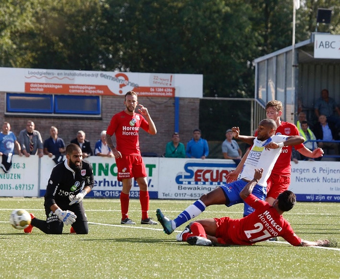 Hoek aanvaller Kyle Doesburg scoort 2-1 tegen Noordwijk