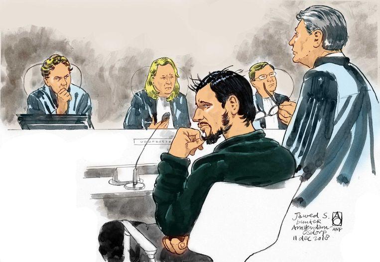 Rechtbanktekening van verdachte Jawed S. (midden), zijn advocaat Simon van der Woude (R) en voorzitter Eli Gabel tijdens een voorbereidende zitting, eind vorig jaar. Beeld ANP