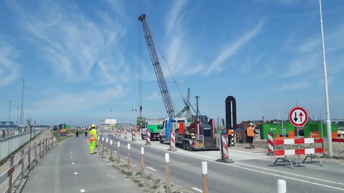 Weg oostelijk van de Westsluis bij Terneuzen is gedeeltelijk afgesloten, omdat een deel van de weg is verzakt.