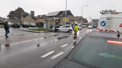 Lichtgewonde bij aanrijding tussen personenwagen en vrachtwagen