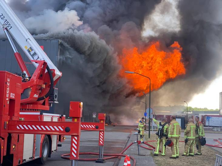 Brand bij Van der Heijden Transport in Hapert laait weer op, mogelijk ontploffingsgevaar