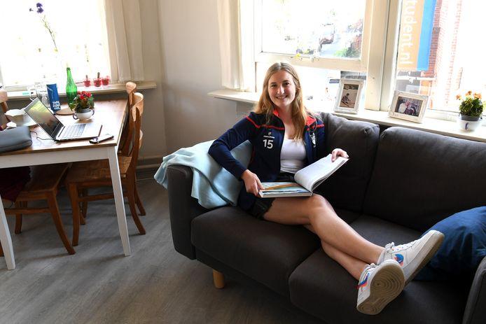 Geen hockeyveld, maar de bank voor Merel Bol (20). Ze was dichtbij haar rentree in de selectie van de hockeyvrouwen van Etten-Leur, maar daar zal ze nu nog even op moeten wachten.