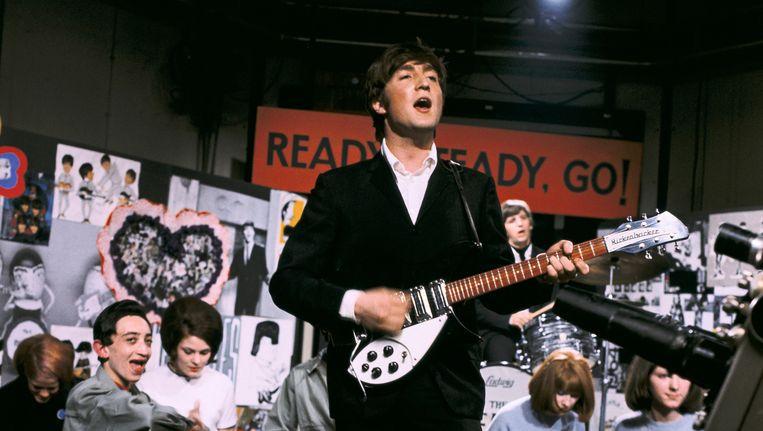 John Lennon in het popprogramma Ready Steady, Go!. De gitaar op de foto is niet het exemplaar dat geveild wordt. Beeld anp