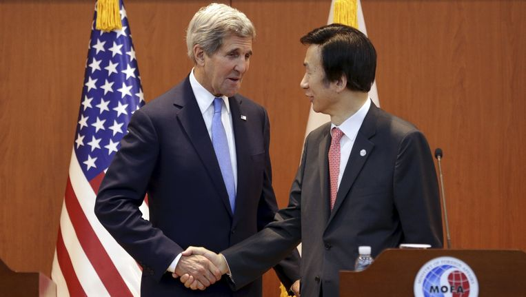 De Amerikaanse minister van Buitenlandse Zaken John Kerry schudt in Seoul de hand van zijn Zuid-Koreaanse ambtsgenoot Yun Byung-se. Beeld reuters