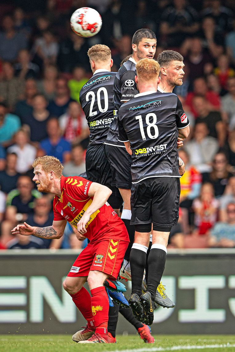 Een vrije trap van Go Ahead vliegt over een muurtje van FC Den Bosch.  Beeld Guus Dubbelman / de Volkskrant