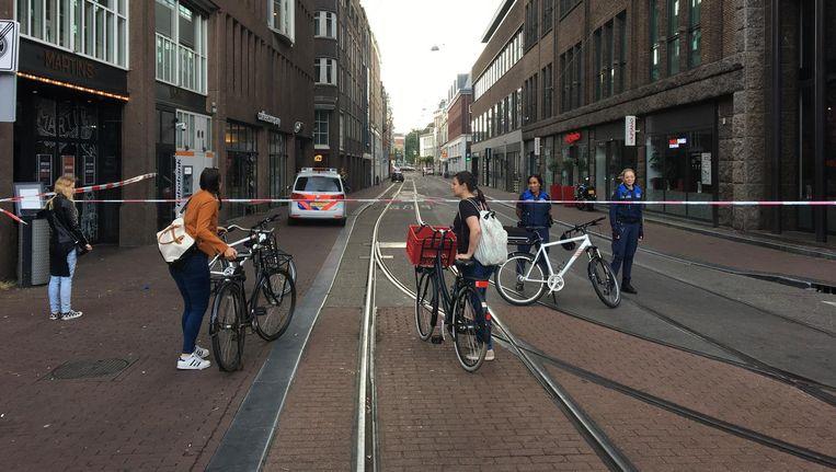 De Amstelstraat is afgesloten vanwege een handgranaat Beeld Jari Goedegebuure