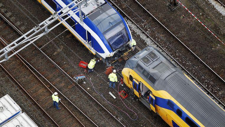 Bij de twee treinen die in Amsterdam op elkaar zijn gebotst wordt onderzoek gedaan. Beeld ANP