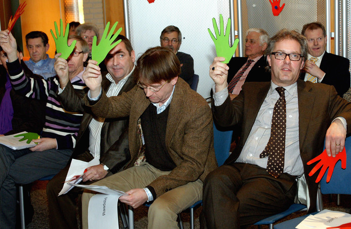 Haarense politici stemmen in 2010 met handjes (vlnr) Johan van de Brand, Jan Leyten, Noël Suurmeijer en Ton van de Ven.