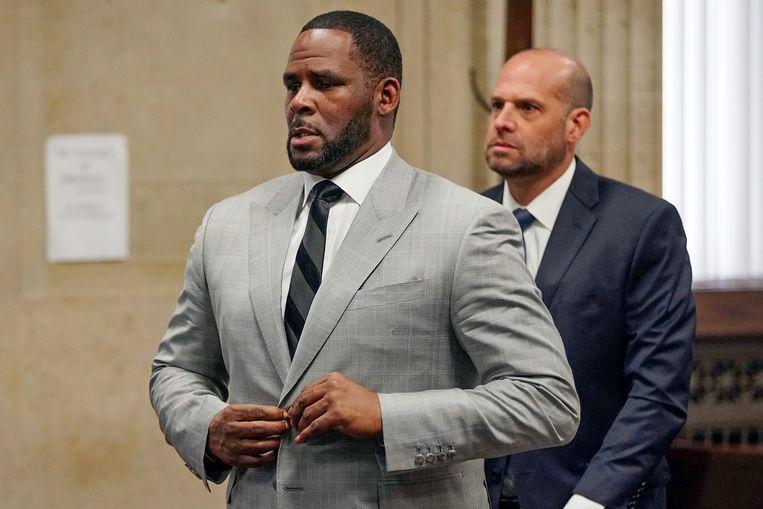 De Amerikaanse r&b zanger R. Kelly, hier tijdens een van de zittingen in Chicago, wil zijn cel uit.