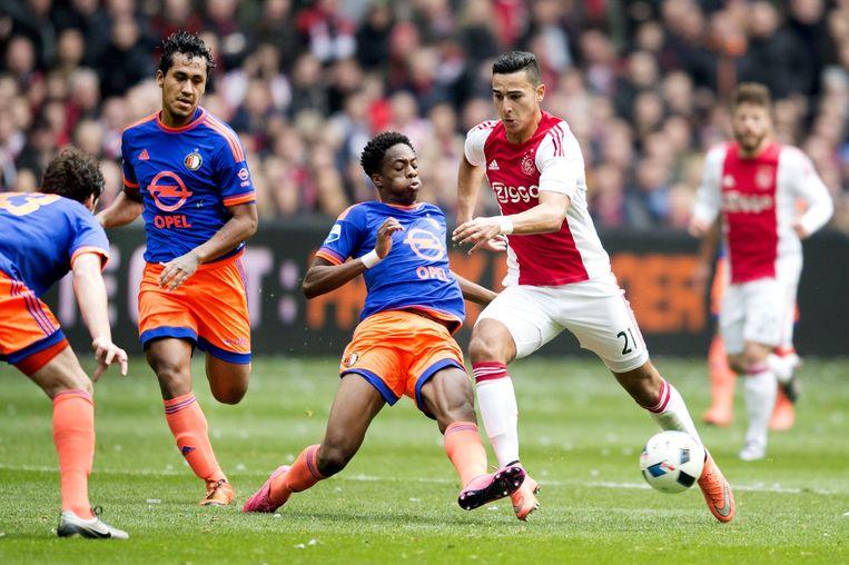 Anwar El Ghazi van Ajax in duel met Terrence Kongolo van Feyenoord. Beeld anp
