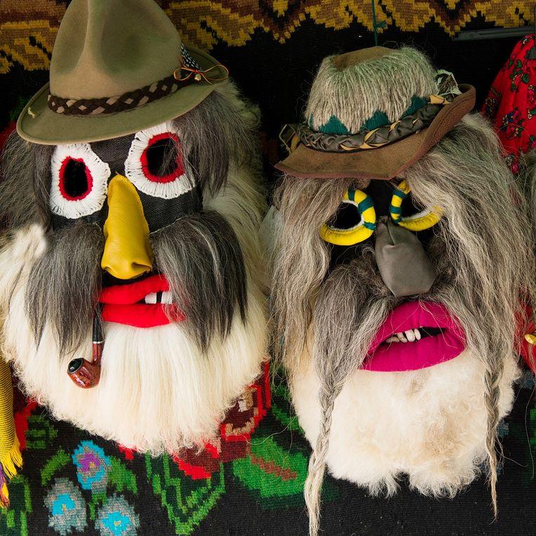 Kleurrijke dansmaskers zijn deel van de Roemeense volkscultuur.