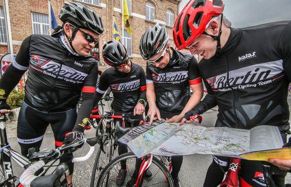 Nog even de kaart bekijken aan het begin van de wielerroute 'Gent-Wevelgem in Flanders Fields'.
