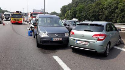 Gewonde na aanrijding tussen vrachtwagen en vier auto's