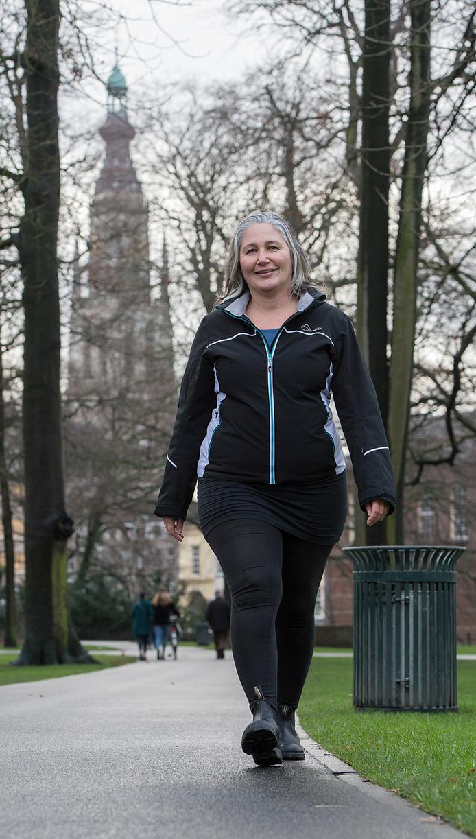 Melanie Rijkers gaat eens per week met mantelzorgers aan de wandel.