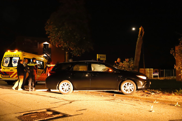 Bij het ongeluk op de Beverseweg in Cuijk brak de kroon van de boom af.