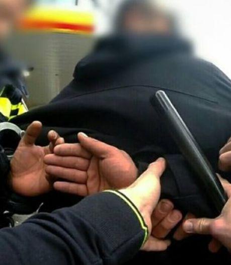 Agressieve man in Dordrecht aangehouden na bedreiging, mishandeling en aanrijdingen