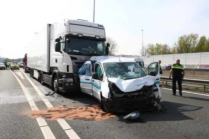 Aanrijding tussen auto en vrachtwagen op de A20.