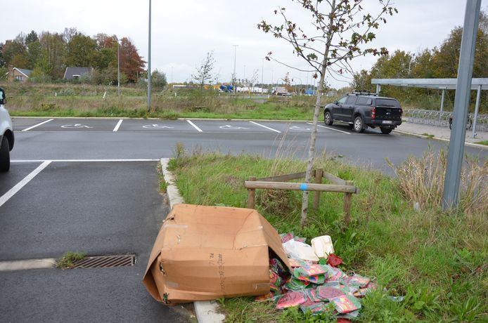 Op de carpoolparking aan de Wolfsakker werd een doos vol opblaaspiemels achtergelaten.