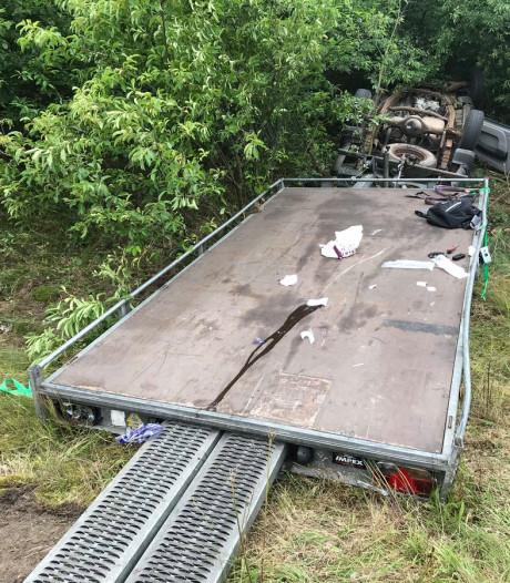Twee gewonden na crash met aanhanger op A28