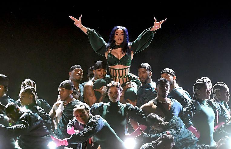 ... en roept de hulp in van een heel leger dansers.