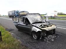 Auto brandt uit op A15 bij Deil