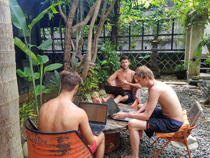 Werknemers van Brandfirm aan het werk op Bali.