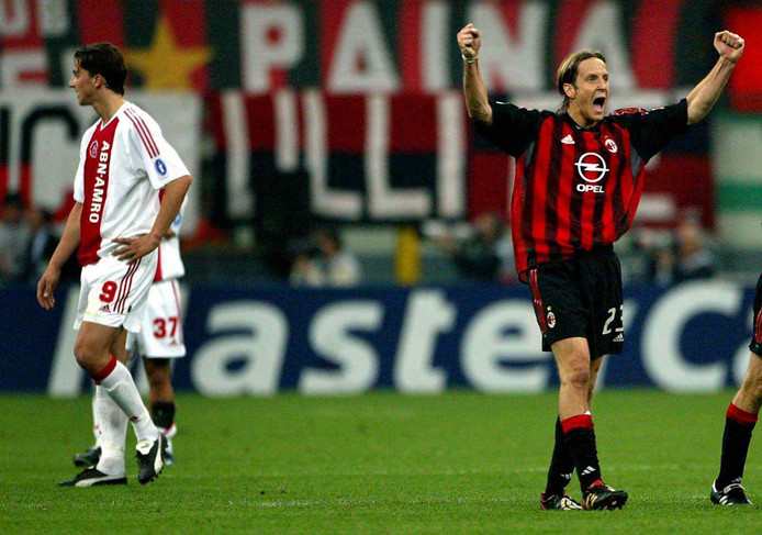 AC Milan - Ajax in 2003. Massimo Ambrosini juicht na de 1-0 van ploeggenoot Philippo Inzaghi. Namens Ajax treurt Zlatan Ibrahimovic (nummer 9).