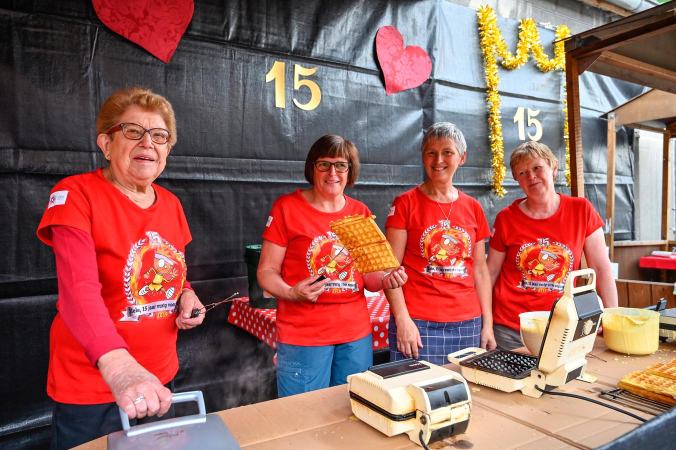 Maria De Wilde bakt samen met haar vriendinnen Marleen, Agnes en Monique 550 wafels.