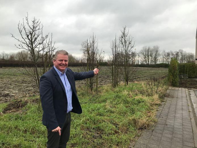 Burgemeester Anthony Dumarey (Open Vld) in de Bredeweghe, waar tussen de Zandvoordsestraat en Groenedijkstraat een nieuwe fietsverbinding mogelijk is.