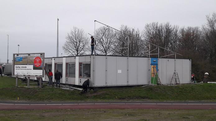 Ontmanteling buitenzijde tijdelijk onderkomen Portaal van Vlaanderen aan de Binnenvaartweg in Terneuzen.