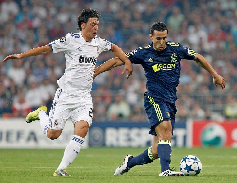2010: Mesut Ozil namens Real, in duel met Mounir El Hamdaoui van Ajax. Beeld anp