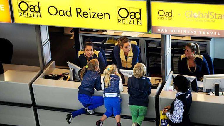 Drie jonge reizigers bij de Oad-balie op Schiphol. Beeld anp