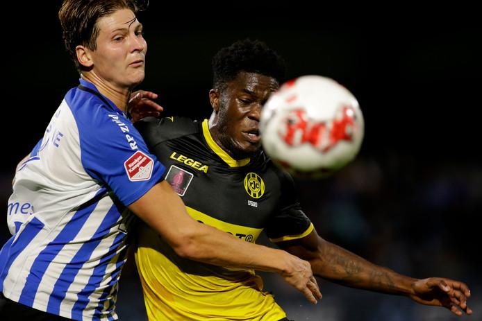 """FC Eindhoven-speler Maarten Peijnenburg (l) in duel met Ike Ugbo van Roda JC. ,,Zijn goal hing al wel in de lucht. Balen, want al zes duels op rij krijgen we een goal tegen."""""""