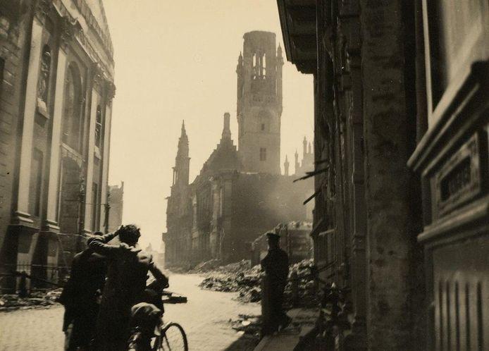 Middelburg, eind mei 1940: Op 17 mei 1940 wordt Middelburg getroffen door Duits en Frans artillerievuur en Duitse vliegtuigbommen. Een groot deel van het oude centrum gaat in vlammen op, waaronder het beroemde stadhuis. fotograaf Cornelis P. Snijders/ Zeeuws Archief