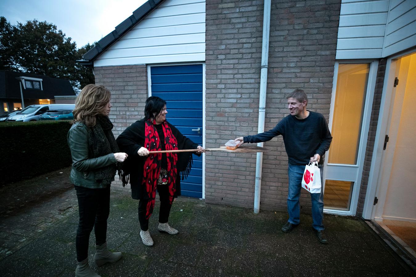 Ennie van den Boer en Jolanda Maas van Van Harte Samen brengen en Adrie (vlnr) eten. En een praatje.