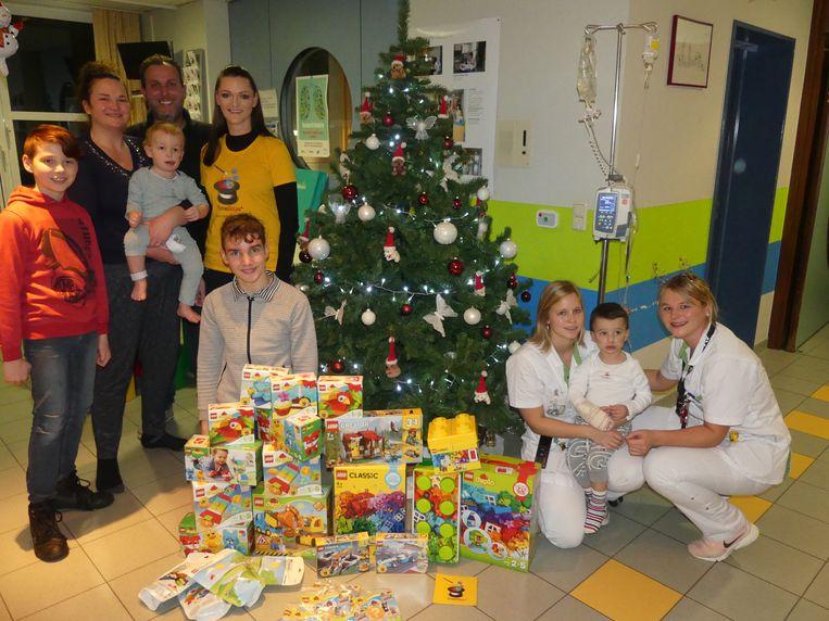 Sophie Deprez met het gezin Simons en de verpleegsters Shana en Lisa met de kleine Mohammed.