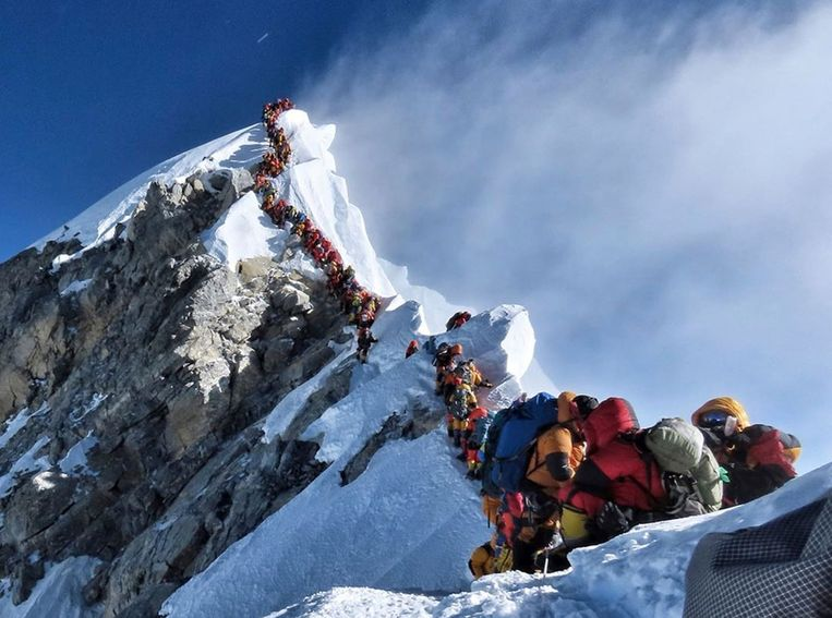 File van bergbeklimmers op de Mount Everest op 22 mei dit jaar.  Beeld AP