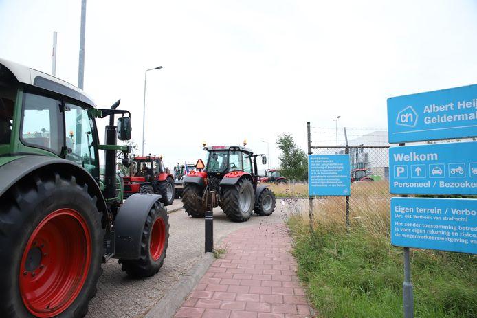 Boeren blokkeren het distributiecentrum van Albert Heijn in Geldermalsen.