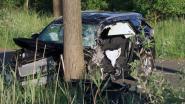 Zwaargewond na crash tegen boom
